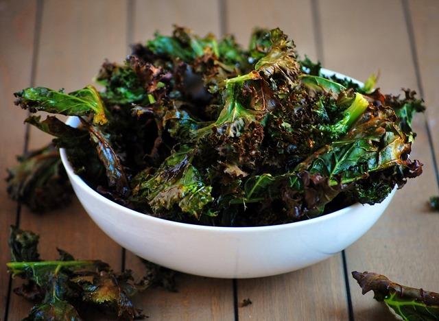 super simple 3-ingredient kale chips // cait's plate