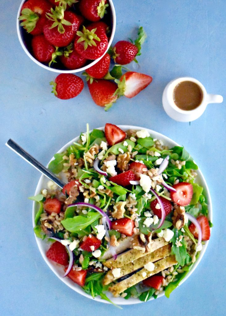 simple summer strawberry salad - a delicious salad that packs lean protein, whole grains, fruits, vegetables and healthy fats all into one bowl! // cait's plate