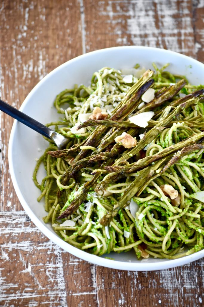 whole wheat pasta with spinach walnut pesto and roasted asparagus // cait's plate