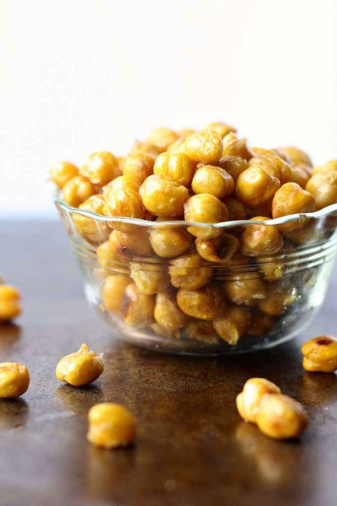 easy roasted chickpeas - a packable, protein-packed snack perfect for back to school! // cait's plate