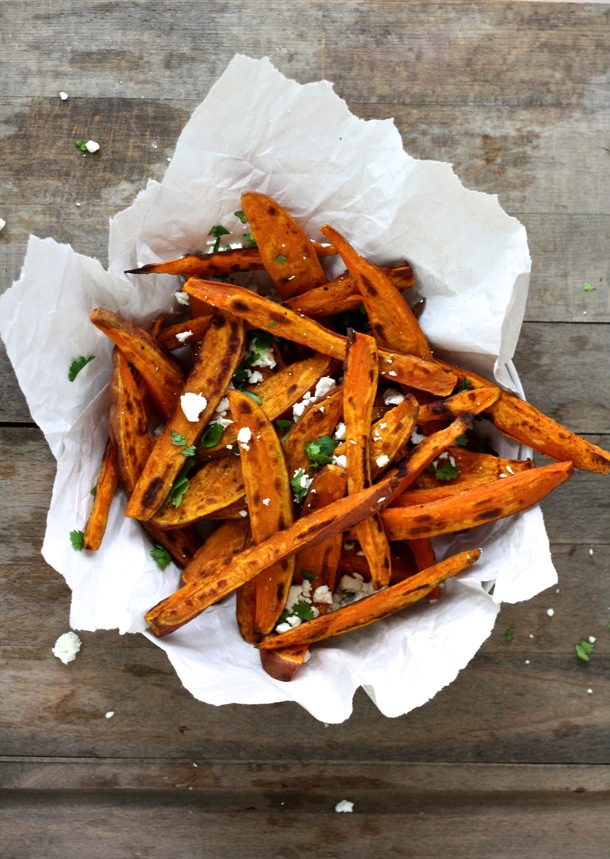 These greek-flavored sweet potato fries will be a hit with the whole family! Bursting with flavor, fiber and beta carotene, you'll feel good about putting these on your dinner table! // cait's plate