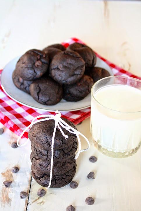 dark chocolate mint chip cookies // cait's plate