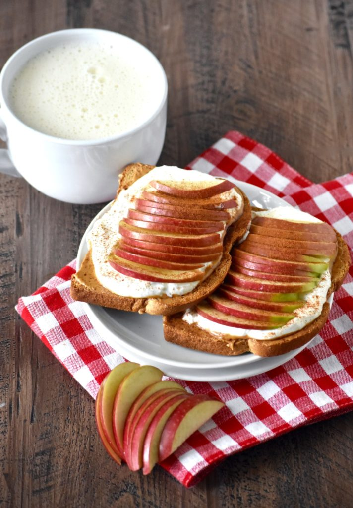 apple & peanut butter yogurt toasts - a perfectly balanced breakfast that tastes delicious and fills you up! // cait's plate