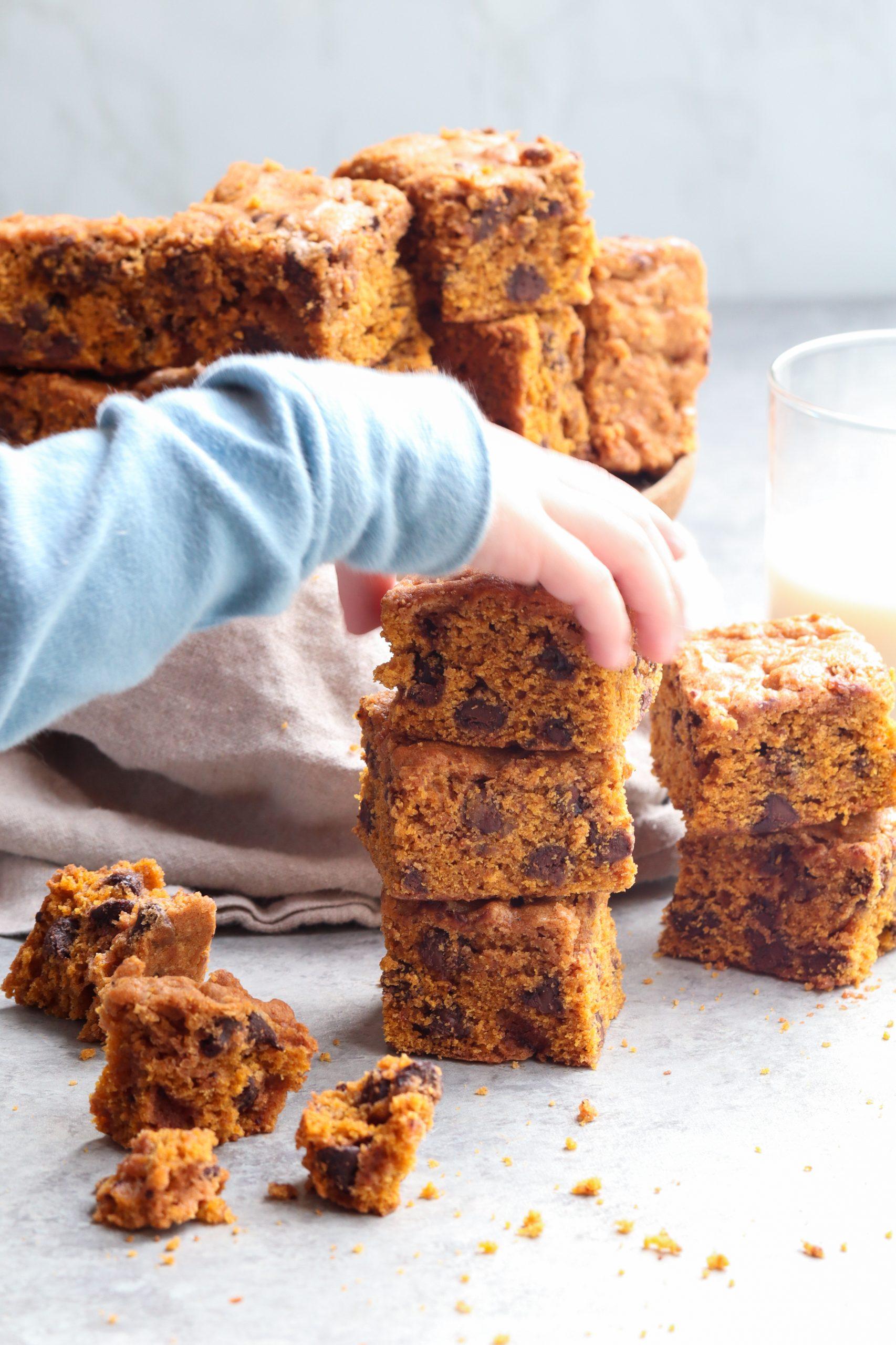 soft baked pumpkin chocolate chip bars // caits plate