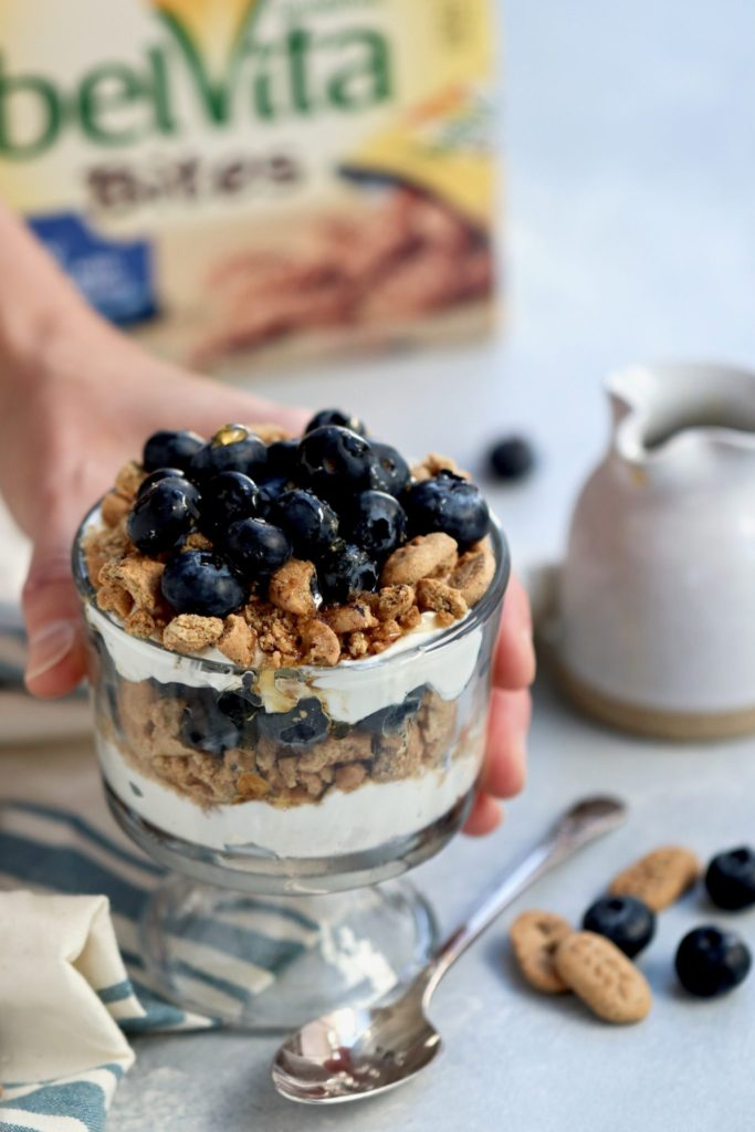 easy blueberry breakfast parfaits // cait's plate